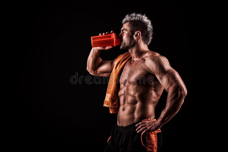 Download Jonge Knappe Mens Met Sterke Spieren, Eiwitdrank Na Trai Stock Foto - Afbeelding bestaande uit geïsoleerd, drank: 54082348