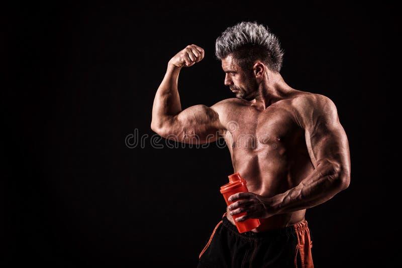 Download Jonge Knappe Mens Met Sterke Spieren, Eiwitdrank Na Trai Stock Afbeelding - Afbeelding bestaande uit atletisch, gymnastiek: 54082363