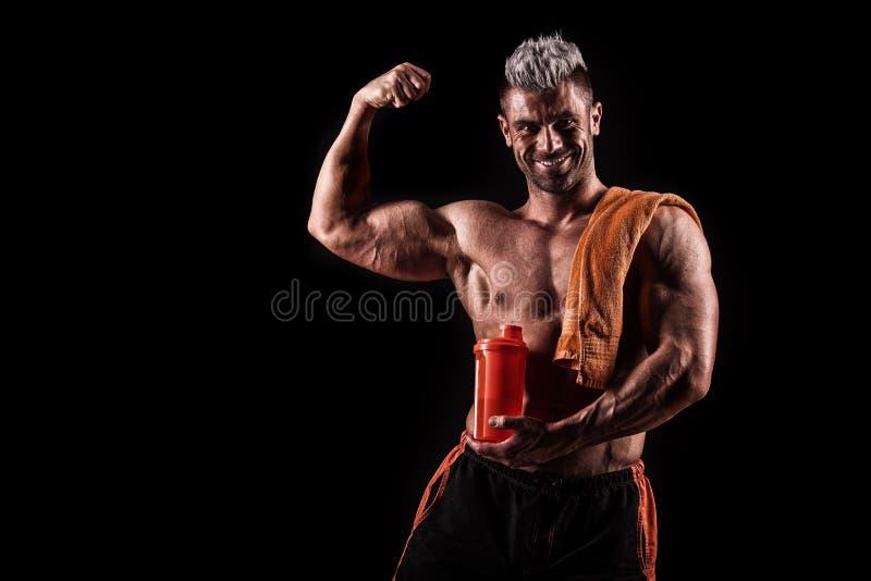 Download Jonge Knappe Mens Met Sterke Spieren, Eiwitdrank Na Trai Stock Foto - Afbeelding bestaande uit menselijk, mannetje: 54082366