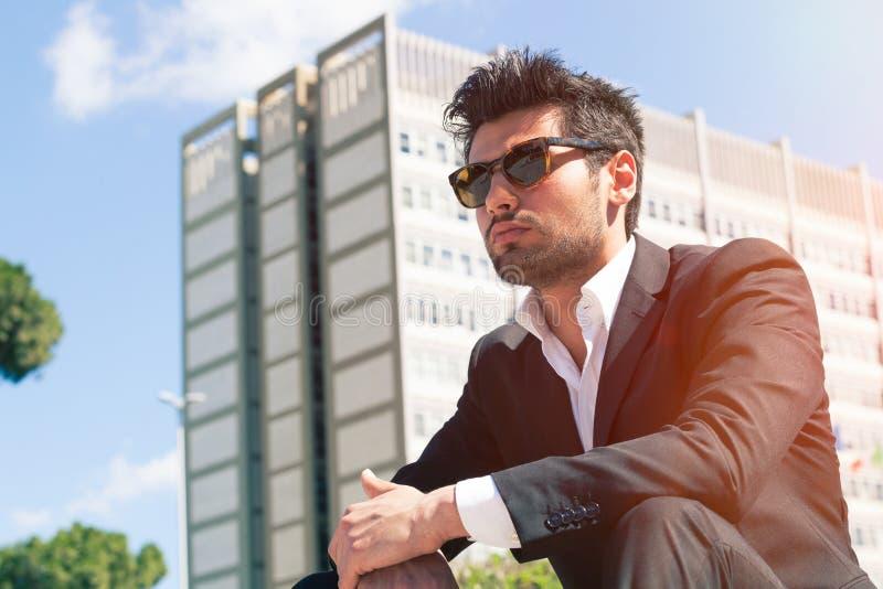 Jonge knappe mens met zonnebril Carrière en baankansen royalty-vrije stock foto's
