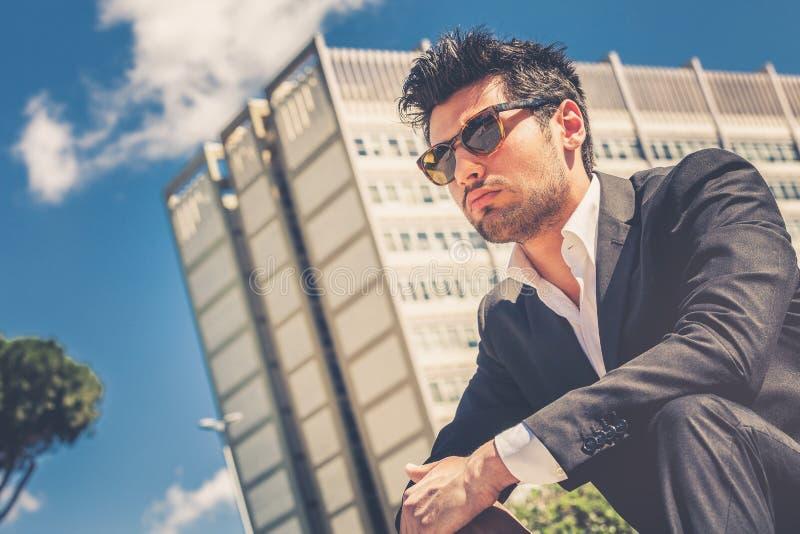 Jonge knappe mens met zonnebril Carrière en baankansen stock afbeeldingen