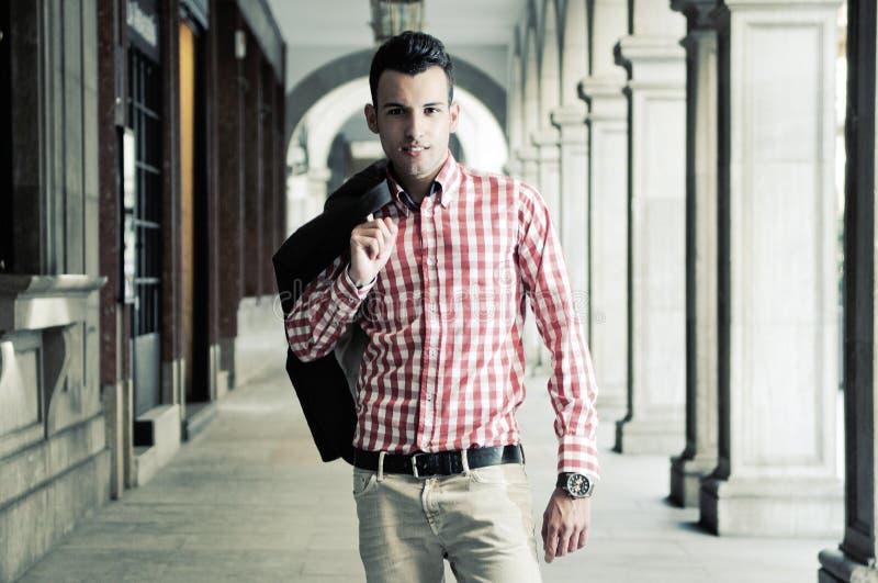 Jonge knappe mens, model van manier in de straat royalty-vrije stock afbeeldingen