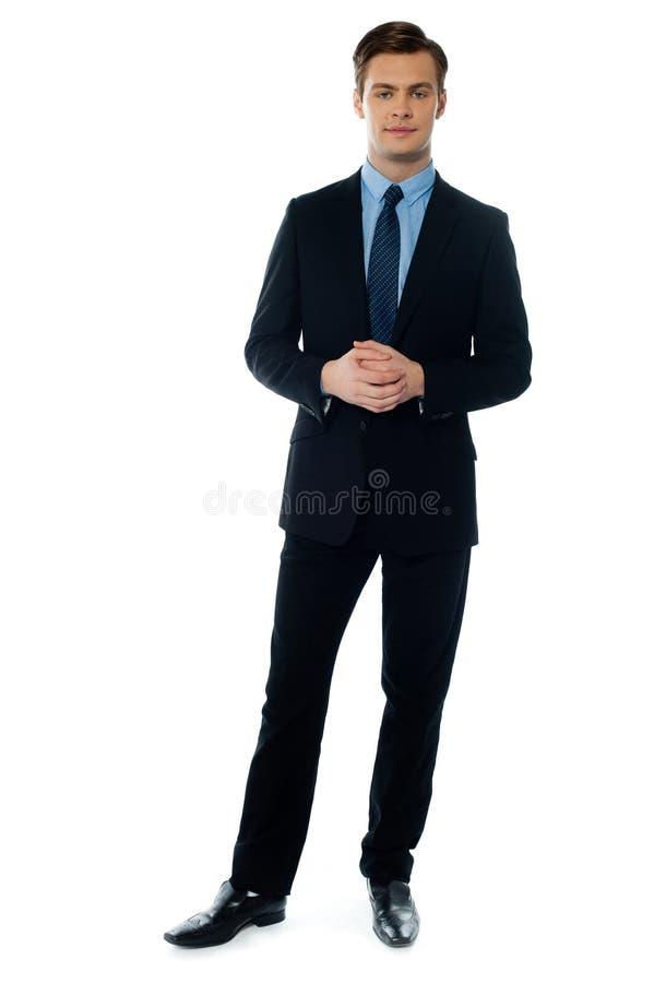 Jonge knappe mens in zwart kostuum royalty-vrije stock fotografie