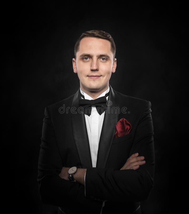 Jonge knappe mens in zwart kostuum stock foto's
