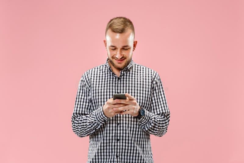 Jonge knappe over telefoon spreken en mens die weg kijken royalty-vrije stock afbeelding