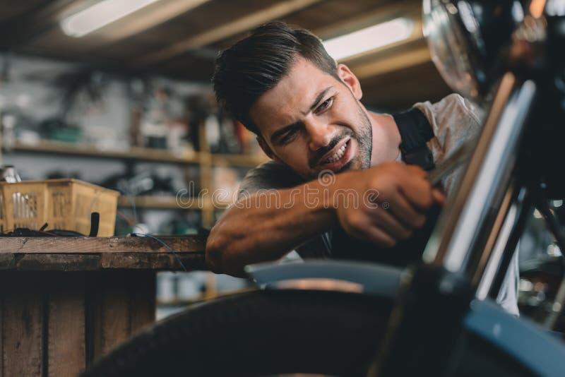 jonge knappe professionele automechanic het bevestigen motor stock fotografie