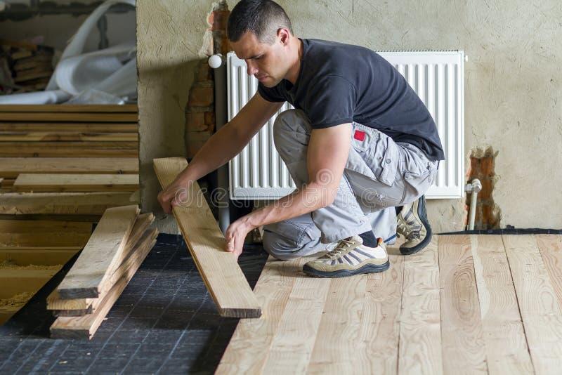 Jonge knappe professionele timmerman die natuurlijke houten installeren royalty-vrije stock foto's