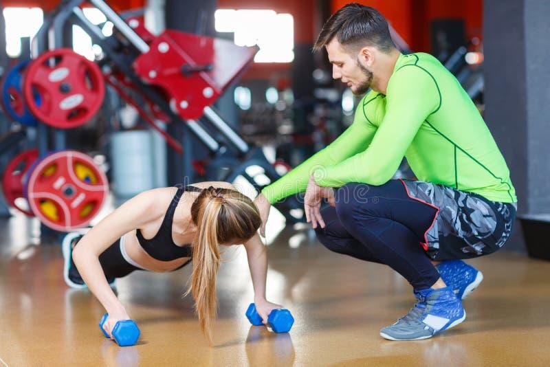 Jonge knappe trainer in de gymnastiek Het concept van de sport stock afbeeldingen