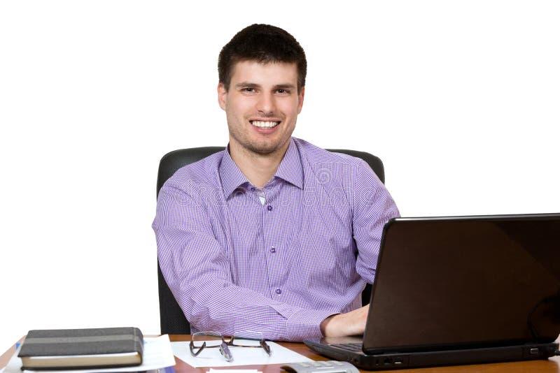 Jonge knappe zakenman die aan laptop werken stock afbeeldingen