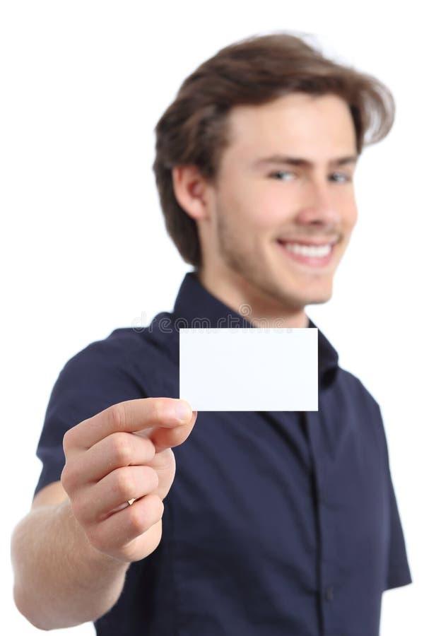 Jonge knappe zakenman die een lege kaart houden stock afbeelding
