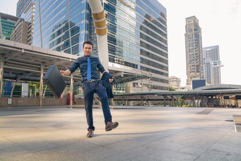 Jonge knappe zakenman die in openlucht in Moderne Stad lopen stock foto's