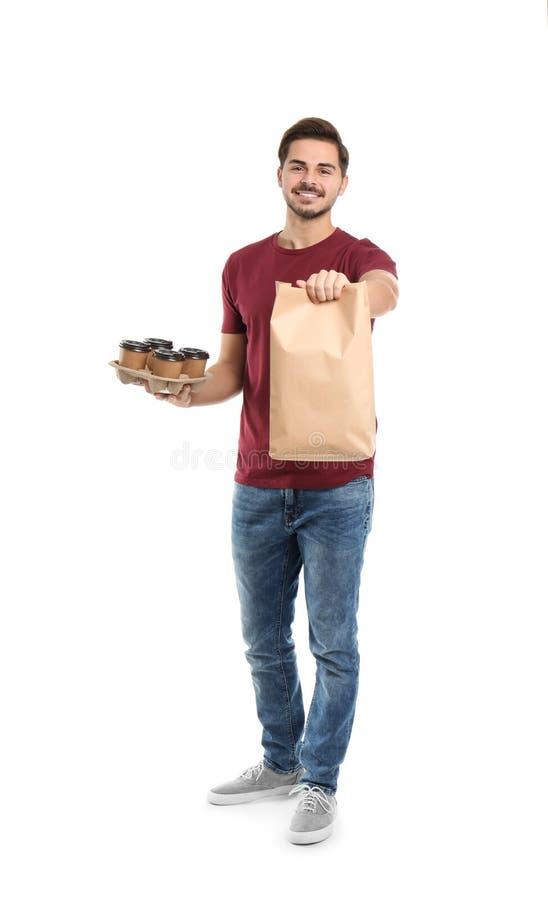 Jonge koerier met document zak en dranken op witte achtergrond stock afbeelding