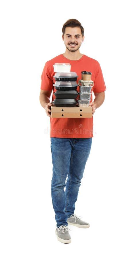 Jonge koerier met pizzadozen, containers en dranken op witte achtergrond Voedsellevering stock afbeeldingen