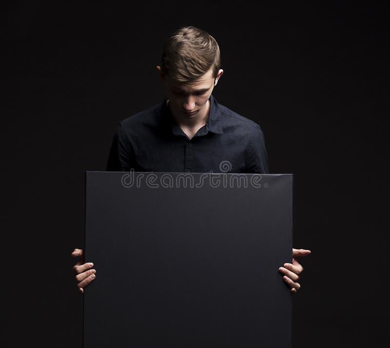 Jonge koevoetmens die presentatie tonen, die op aanplakbiljet richten stock afbeeldingen