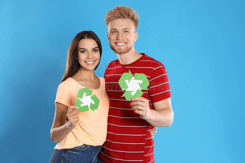 Jonge koppels met recyclingsymbolen op achtergrond royalty-vrije stock foto's