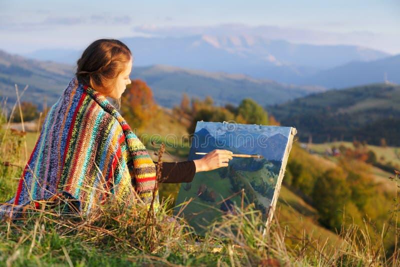 Jonge kunstenaar die een de herfstlandschap schildert stock afbeeldingen