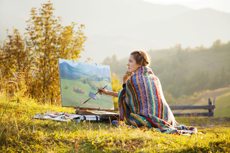 Jonge kunstenaar die een landschap schildert royalty-vrije stock afbeeldingen