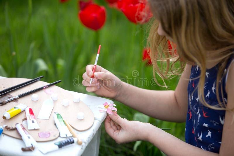 Jonge kunstenaar die een landschap schildert stock fotografie
