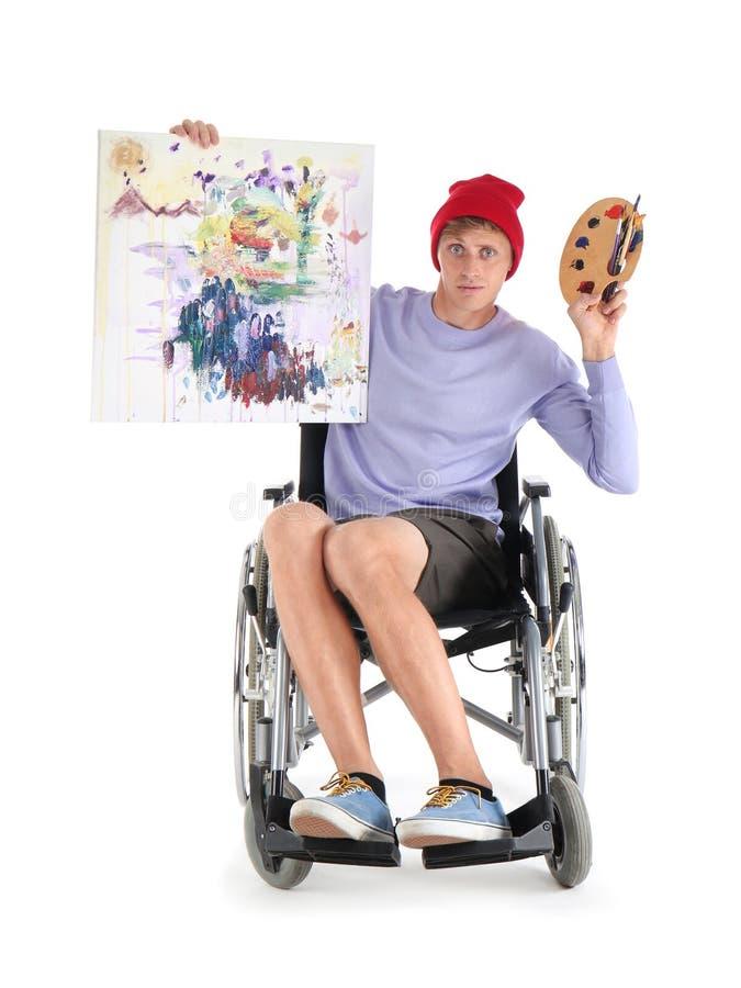 Jonge kunstenaar met zijn het schilderen zitting in rolstoel op witte achtergrond stock afbeelding