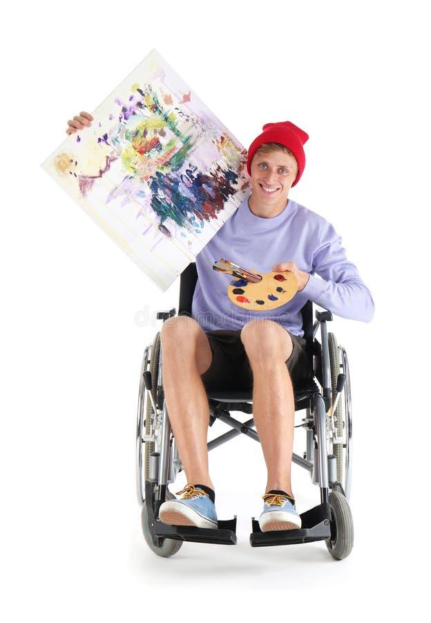 Jonge kunstenaar met zijn het schilderen zitting in rolstoel op witte achtergrond royalty-vrije stock afbeeldingen