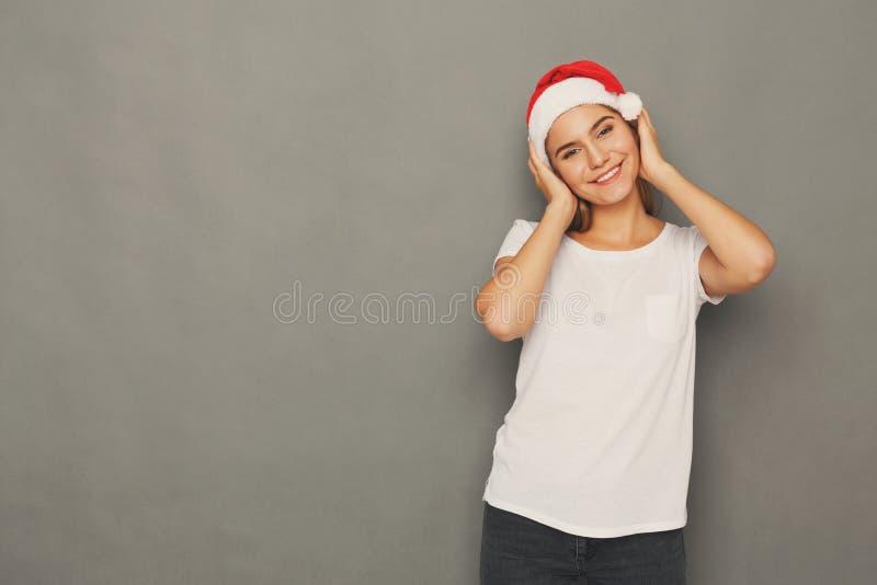 Jonge lachende aantrekkelijke vrouw in santahoed stock afbeelding