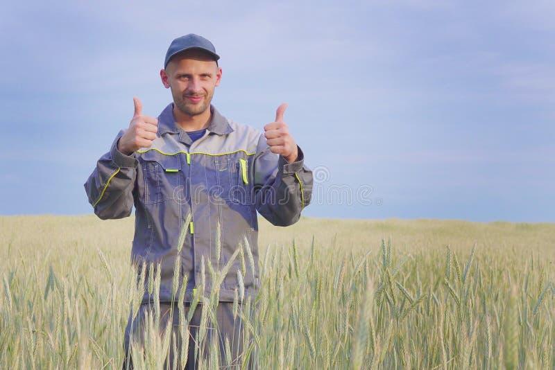 Jonge landbouwer dichtbij een roggegebied De ruimte van het exemplaar stock foto