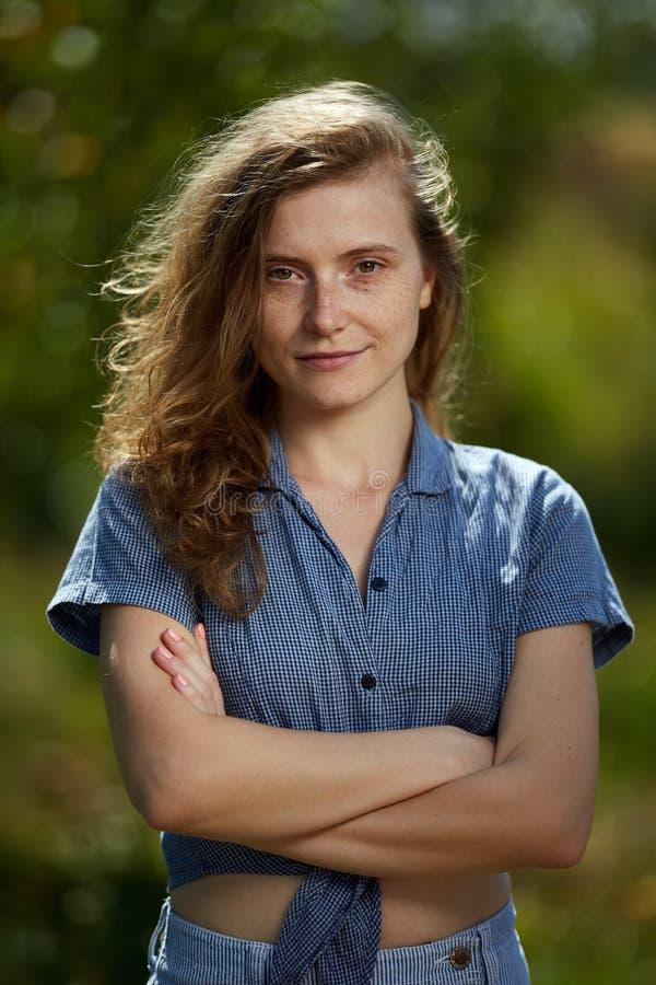Jonge landbouwersvrouw in haar boomgaard stock fotografie