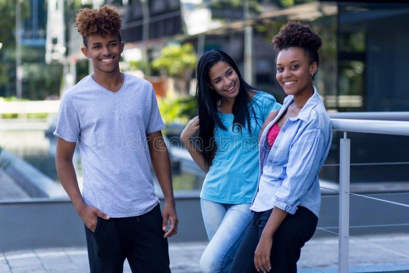 Jonge Latijnse en Spaanse en Afrikaanse Amerikaanse hipstermensen stock foto