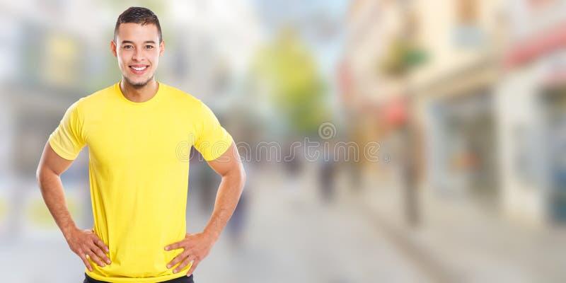 Jonge Latijnse mens die de gelukkige ruimte van het de banner copyspace exemplaar van de mensenstad glimlachen stock foto