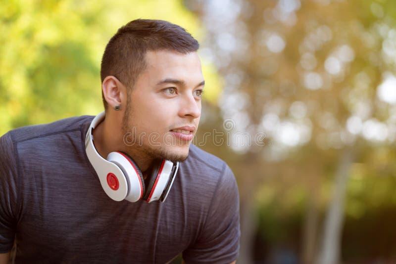 Jonge Latijnse mensenagent die toekomstige het denken lopende joggingsporten die fitness de ruimte van het training copyspace exe royalty-vrije stock afbeelding