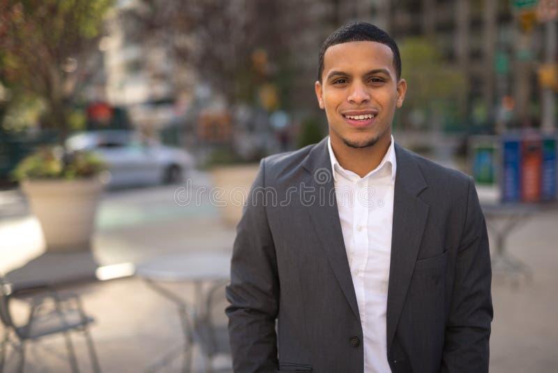 Jonge Latino mens in het gezicht van de stadsglimlach royalty-vrije stock afbeelding