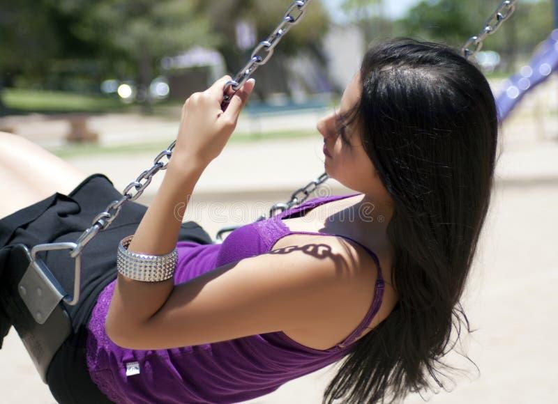 Jonge Latino Vrouw op de Schommeling van de Speelplaats stock afbeeldingen