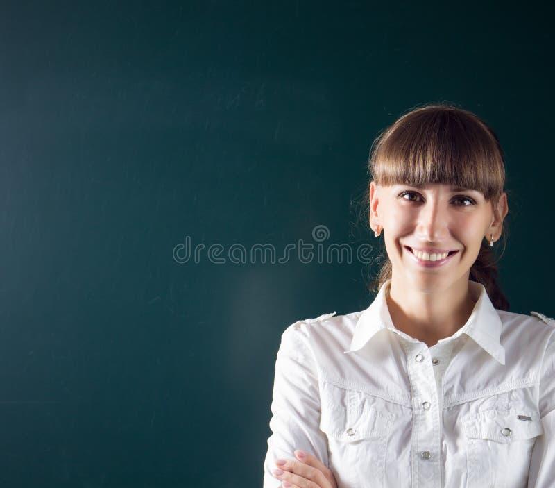 Jonge leraar of student die zich dichtbij bord bevinden royalty-vrije stock foto's