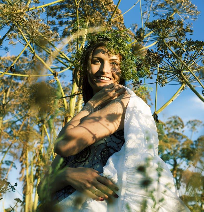 Jonge leuke glimlachende vrouw in groen park, de gelukkige mensen van het levensstijlconcept royalty-vrije stock fotografie