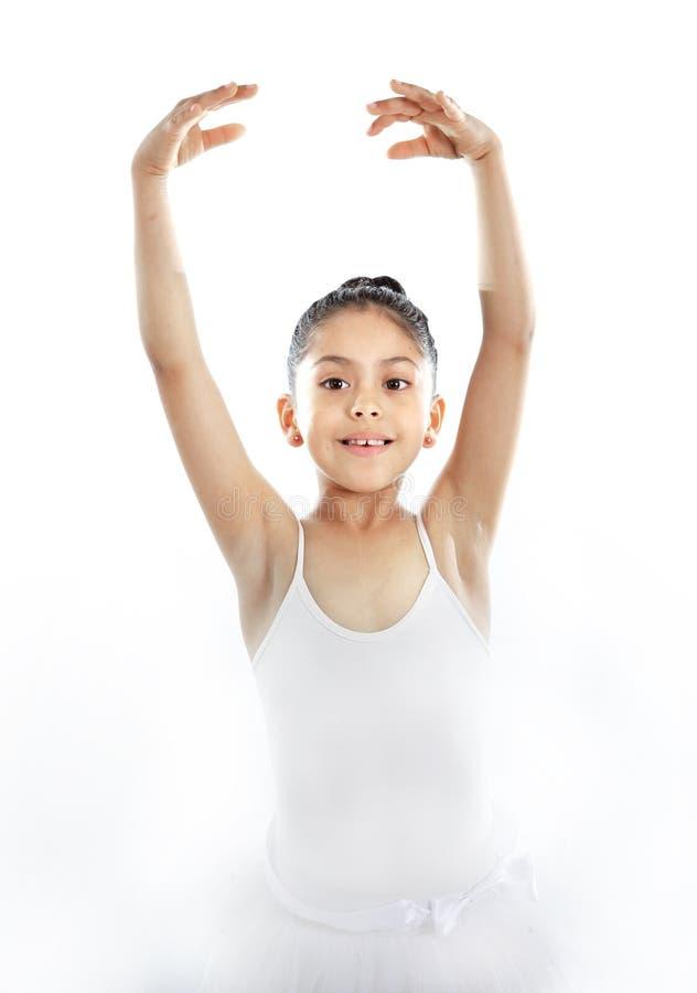 Jonge leuke meisjeballetdanser die op witte achtergrond dansen stock foto's
