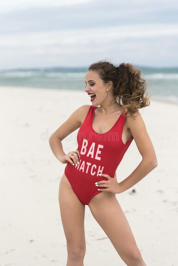 Jonge leuke vrouw in strandkledingstuk uit één stuk stock foto's