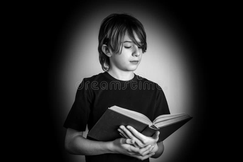 Jonge lezers zwart-witte foto stock foto's