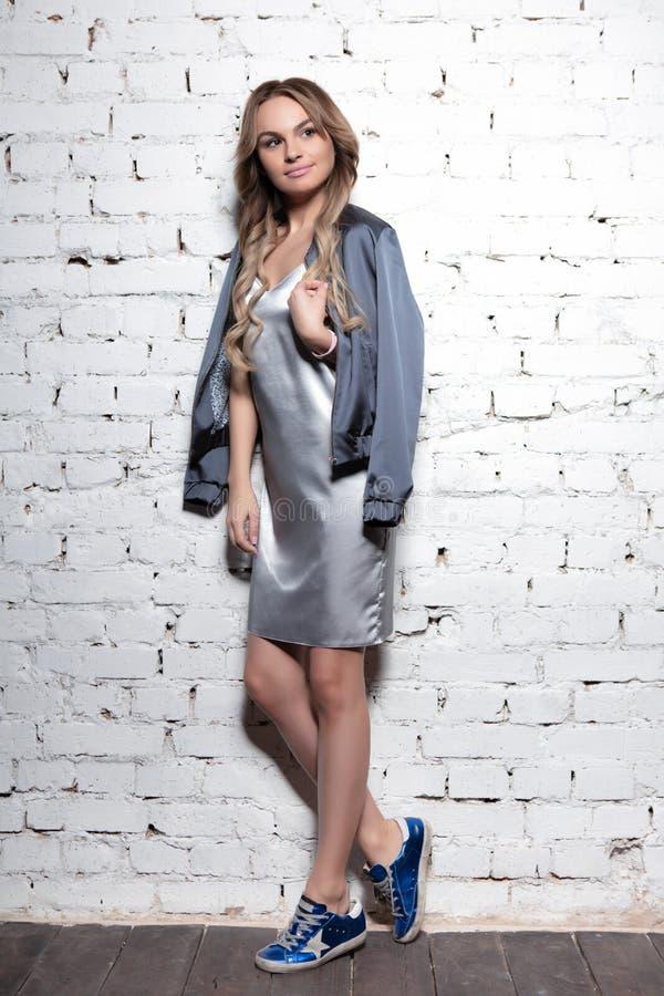 Jonge lieflijke vrouw die in studio aan het werk is royalty-vrije stock foto