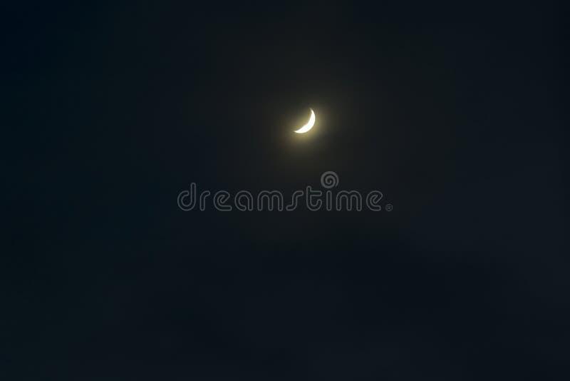 Jonge maan bij nachthemel royalty-vrije stock foto