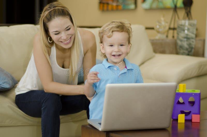 Jonge mamma en zoon die pret hebben stock afbeeldingen