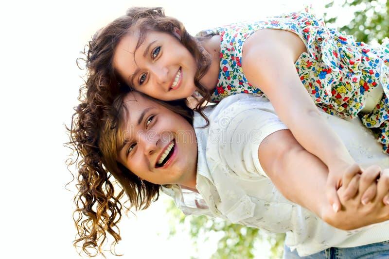Download Jonge Man Die Op De Rug Aan Gelukkige Vrouw Geeft Stock Foto - Afbeelding bestaande uit levensstijlen, paar: 10779666