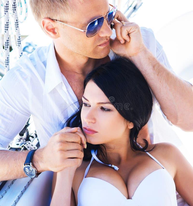 Jonge man die op de telefoon en zijn vrouw spreken royalty-vrije stock foto