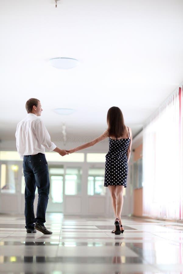 Jonge man en vrouw die samen lopen stock afbeeldingen