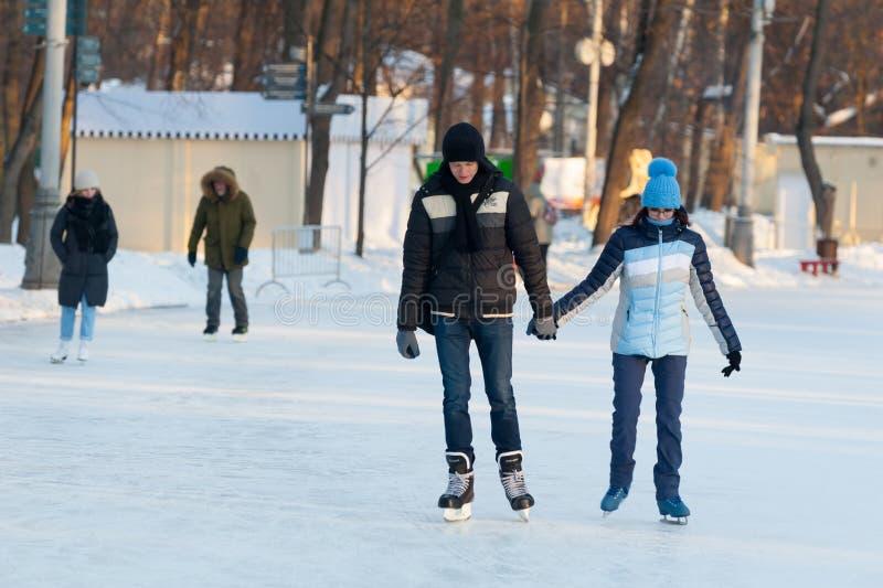 Jonge man en vrouw die in Sokolniki-Park 23 schaatsen 01 2019 stock afbeeldingen