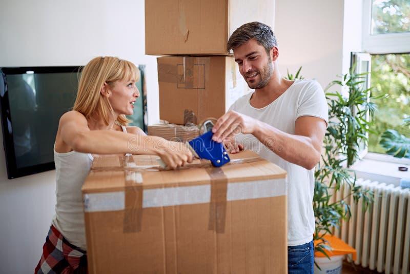Jonge man en vrouw die zich in een nieuw huis bewegen royalty-vrije stock fotografie