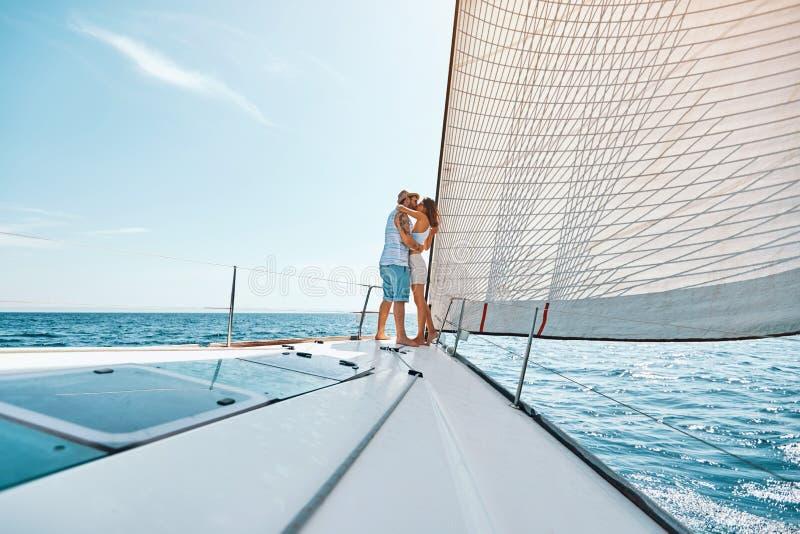 Jonge man en vrouw in jacht van de liefde het varende zeilboot royalty-vrije stock foto