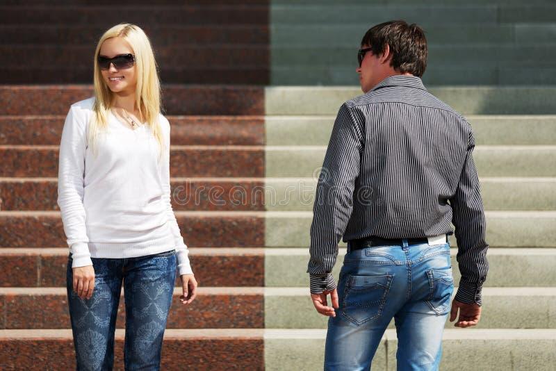 Jonge man en vrouw op de stappen stock foto's