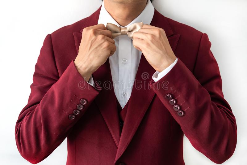 Jonge man met rood pak royalty-vrije stock afbeelding