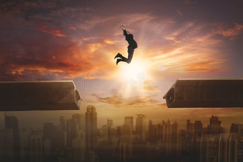 Jonge manager die boven de brug springen stock afbeelding