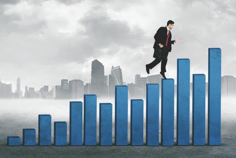 Jonge manager die over de groeigrafiek lopen royalty-vrije stock afbeelding